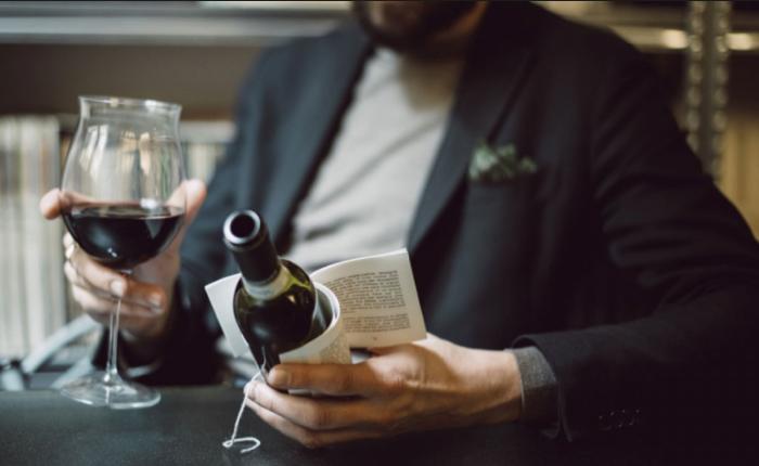 """""""นิยายข้างขวดไวน์"""" ไอเดียใหม่สร้างอรรถรสสุดพิเศษขณะจิบเหล้าองุ่น"""