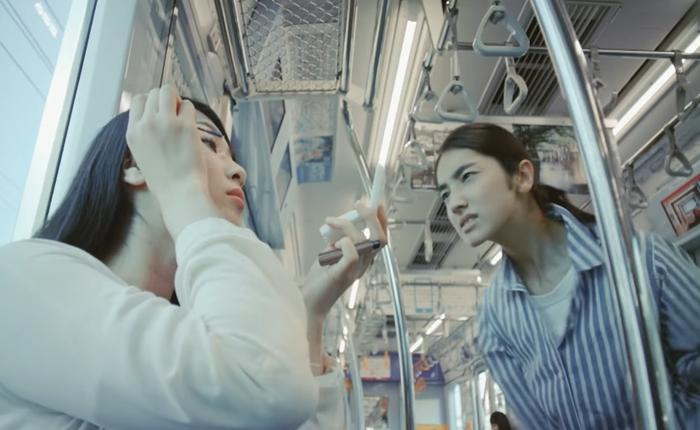 """ส่อแววดราม่า!! โฆษณาใหม่ของ Tokyu Line เรียกผญ.ที่แต่งหน้าขณะที่โดยสารบนรถไฟว่า """"น่าเกลียด"""""""