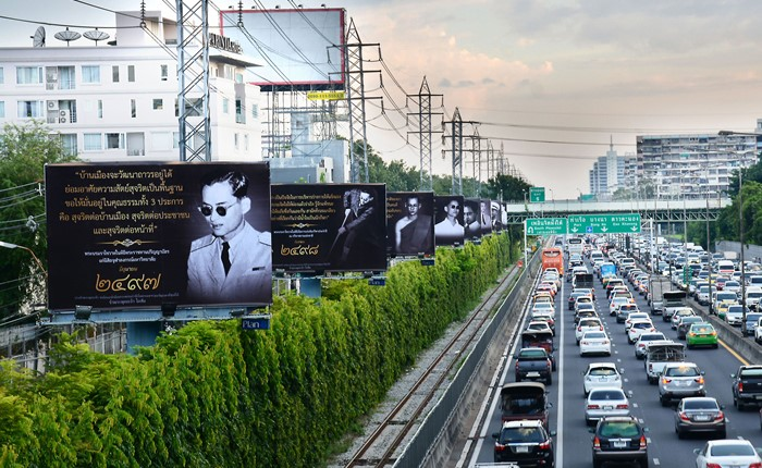 Plan B จัดแสดงนิทรรศการบนป้ายโฆษณา เพื่อให้พสกนิกรชาวไทยได้ร่วมรำลึกถึงพระมหากรุณาธิคุณ