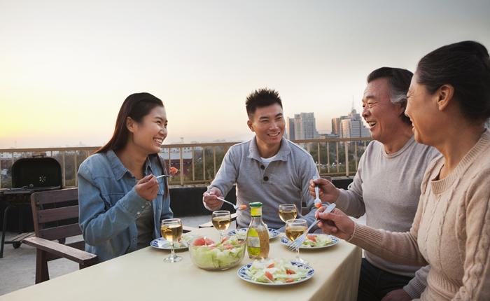 ผลสำรวจชี้ การใช้สมาร์ทโฟนบนโต๊ะอาหารไม่ใช่เรื่องแปลก แต่จะดีกว่าถ้าไม่ใช้