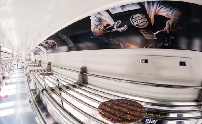Burger King เกาหลี เปลี่ยนชั้นวางกระเป๋าในรถไฟใต้ดินให้เป็นเตาย่างเบอร์เกอร์สุดเกรียม