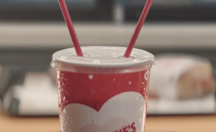เบอร์เกอร์คิงออกแก้วน้ำเพื่อคู่รัก เจาะไว้สองช่องเสียบหลอด สบตา เพื่อดูดดื่มในวันวาเลนไทน์