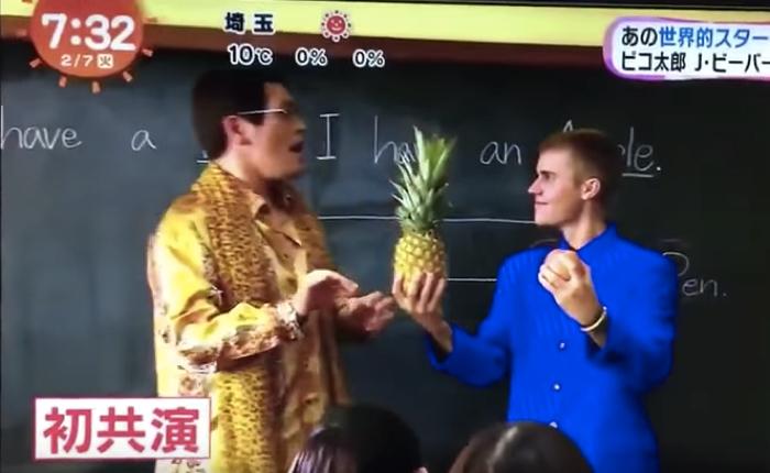 """ค่ายมือถือญี่ปุ่นทุ่มทุนสร้าง จับสองคนดังคับโลกอย่าง """"จัสติน บีเบอร์"""" และ """"พิโก้ ทาโร่"""" แอ๊ปเปิ้ลพายมาดวลกันในโฆษณาชิ้นใหม่!"""