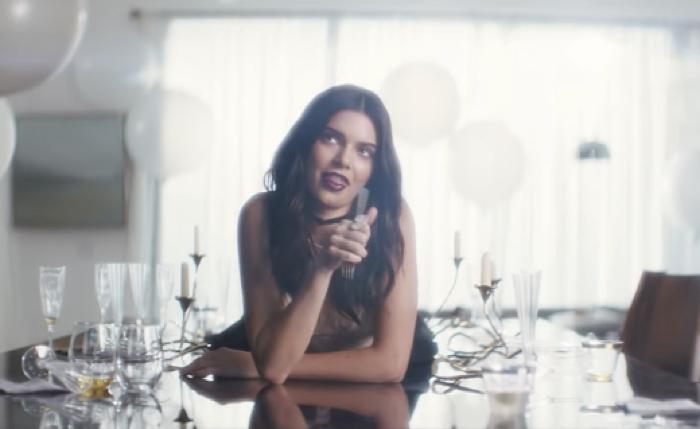Estee Lauder ลงทุนจ้างไอดอลสาวฮอตแห่งยุค Kendall Jenner มาแปลงโฉมเป็นนักร้องโปรโมทลิปสติกหลากเฉดสี