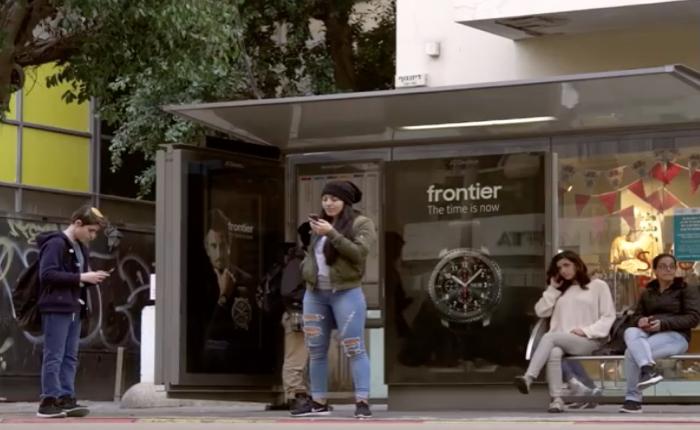 ซัมซุงใช้บิลบอร์ดพูดได้ จัดนายแบบโฆษณาชวนคุยกับคนยืนรอรถเมล์ เรียกรอยยิ้มระหว่างรอรถ