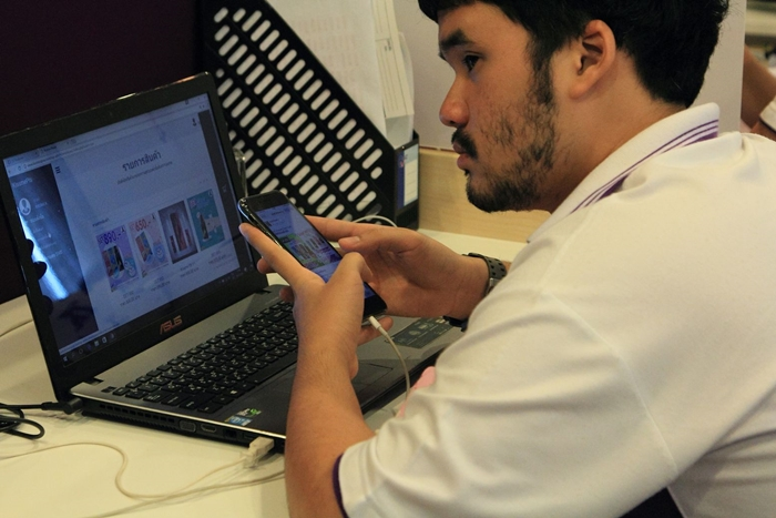 พนักงานกำลังตรวจสอบรายการสินค้าที่ลูกค้าสั่งซื้อทางออนไลน์