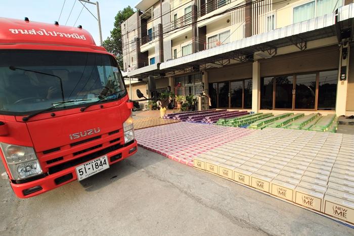 ไปรษณีย์ไทยจัดรถขนส่งมารับสินค้าของ บริษัท โอ้โห ถึงที่บริษัทฯ