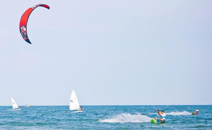 """สีสันเรือใบริมหาดหัวหิน ที่ Bella Costa Hua Hin ในเทศกาล """"Bella Sail & Surf Festival"""" 13 เม.ย. ถึง 21 พ.ค."""