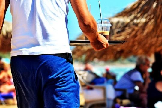 waiter-1489687_640 (1)