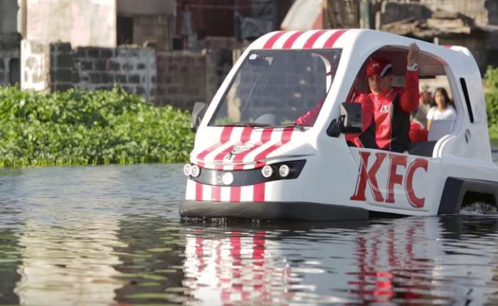 KFC ทำ CSR ในฟิลิปปินส์ได้เจ๋ง ส่งรถสะเทิ้นน้ำสะเทิ้นบกแจกไก่ให้ผู้สูงอายุถึงบ้านกลางน้ำ