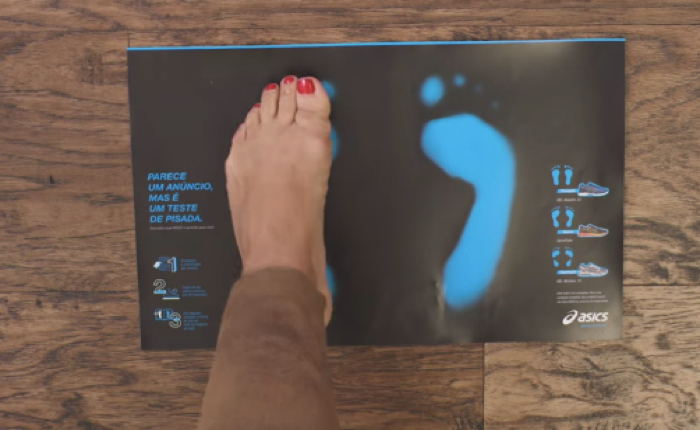 ASICS ใช้สื่อสิ่งพิมพ์มาเป็นเครื่องมือทดสอบรูปทรงเท้าลูกค้า จะได้เลือกรุ่นรองเท้าได้โดนใจ และไม่บาดเจ็บขณะวิ่ง!