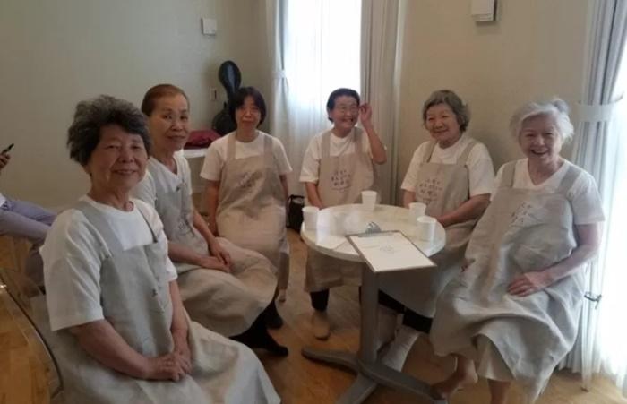เหล่าสาวๆ สูงวัย ที่รับหน้าที่พนักงานรับออเดอร์และเสิร์ฟอาหาร