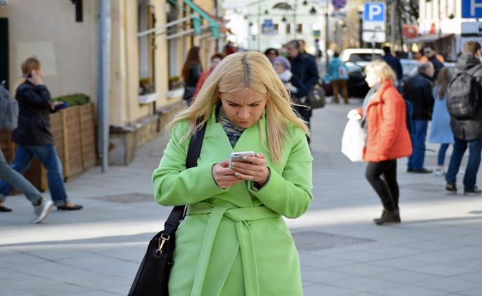 Samsung ออกแอปฯ Walk mode เอาใจประชากรในสังคมก้มหน้า แจ้งเตือนผ่านจอว่าจะชนอะไร!