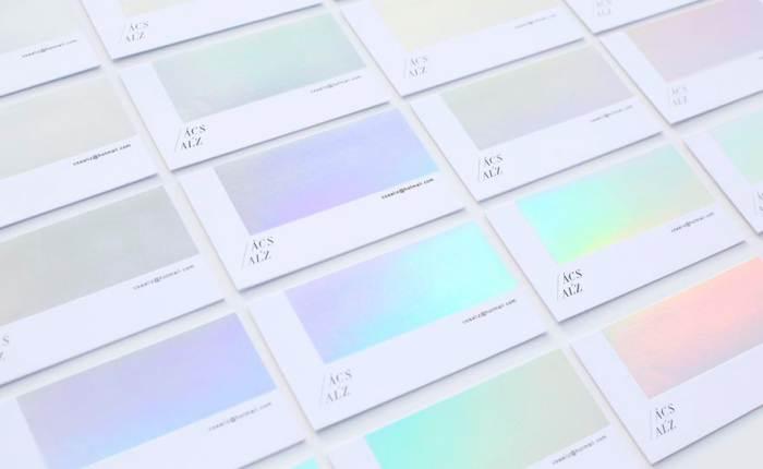 """ความเรียบง่ายที่น่าตื่นตา """"นามบัตรสุดคูล"""" เปลี่ยนเฉดสีตามองศาแสงที่ตกกระทบ"""
