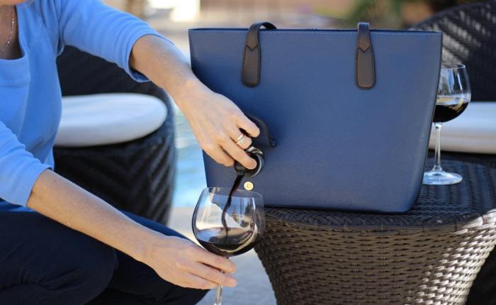 เก๋นะ! กระเป๋าสะพาย รินไวน์ได้ทุกที่