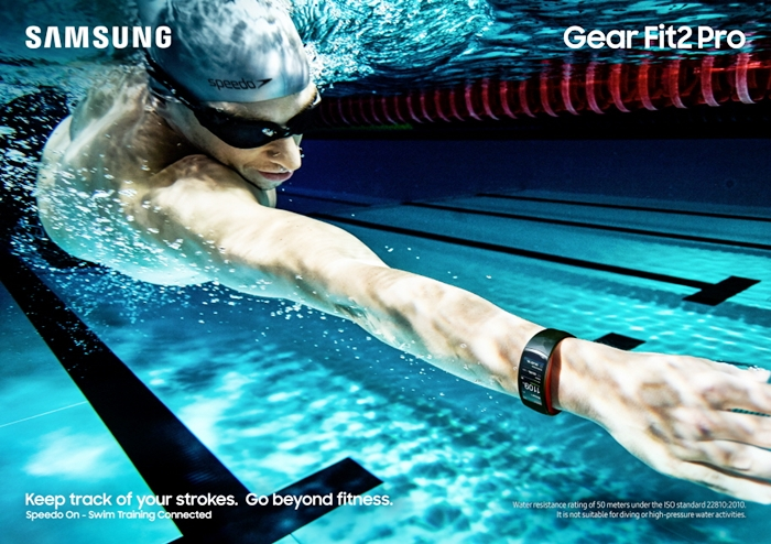 Gear Fit2 Pro_Lifestyle Swimming_Red