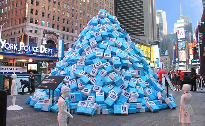 แบรนด์ขนมเทน้ำตาล 2 หมื่นกิโล! กลาง Times Square สะท้อนพฤติกรรมกินน้ำตาลมากเกินจำเป็น