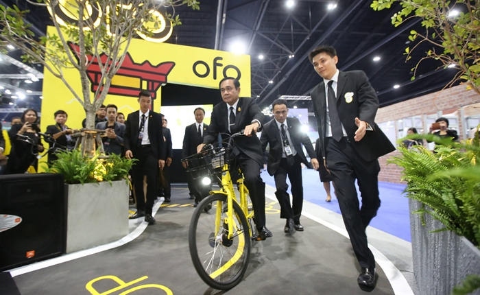 นายกฯ โชว์ลีลาปั่นจักรยานอัจฉริยะในงาน 'Digital Thailand Big Bang 2017'