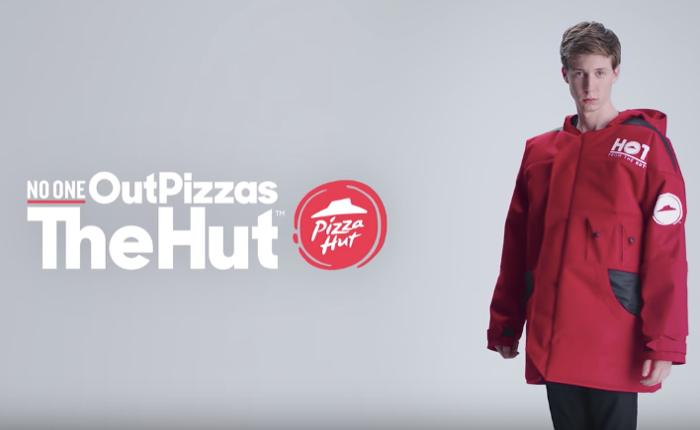 คิดแหวกแนว Pizza Hut เอาถุงห่อพิซซ่า มาตัดเป็นเสื้อกันหนาว ดูทรงแล้วใครใส่ก็อบอุ่นชัวร์