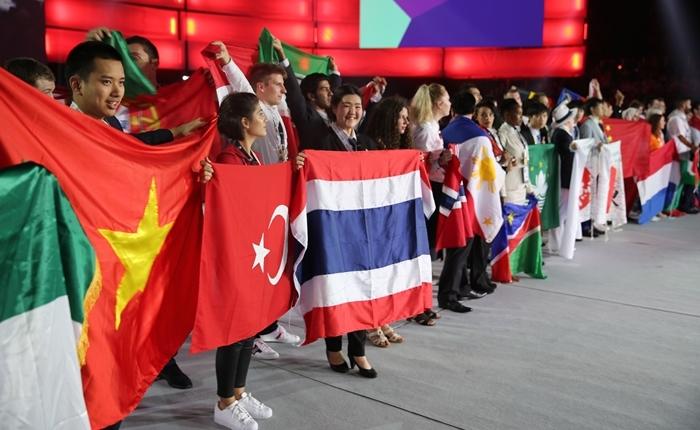 'ธงชาติไทยโบกปลิวไสว ผลผลิตจากต้นไม้ของพ่อ' เด็กอาชีวะไทยเจ๋ง โชว์ฝีมือคว้า 14 รางวัล จากเวที World Skills 2017 ณ เมือง Abu Dhabi
