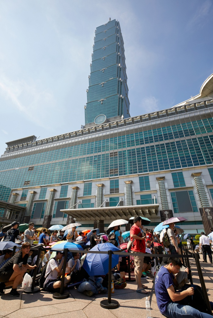 ผู้คนพากันรอเข้าร้าน Apple Taipei 101 ในวันเปิดครั้งแรก
