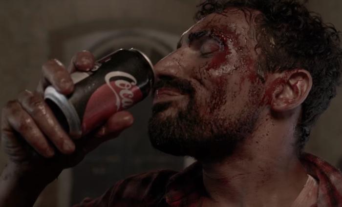 Coke เกาะกระแสซีรีส์ดัง The Walking Dead สร้างโฆษณาฮาสุดติ่ง เมื่อซอมบี้เก๊เรอซะดัง จึงโดนจับได้ว่าปลอมตัวมา!