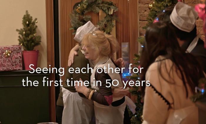 แฟรนไชส์ร้านพิซซ่า โปรโมทบริการปาร์ตี้ทำพิซซ่า DIY ด้วยการเซอร์ไพรส์เชิญเพื่อนเก่าไม่เจอกันมาหลายทศวรรษมาร่วมวง!