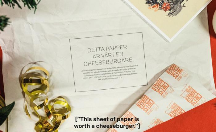 """แมคฯ ใช้สื่อใหม่อย่างการเอากระดาษห่อเบอร์เกอร์ มาเป็น """"กระดาษห่อของขวัญ"""" กระตุ้นคนมาเข้าร้านช่วงปีใหม่"""