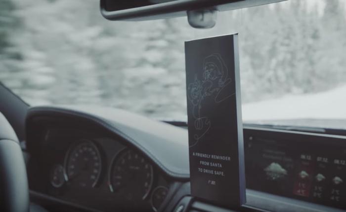 BMW แจกการ์ดไฮเทคห้อยหน้ารถในวันคริสต์มาส ขับเร็วไปก็จะได้ยินเสียงเตือน โฮะ โฮะ โฮะ! จากลุงซานต้า