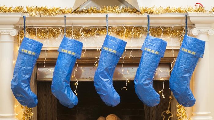 ไอเดียเลิศ! เมื่อสาวก IKEA ออกแบบถุงเท้าคริสมาสต์ที่ทำจากถุงสีฟ้า Frakta อันเลื่องชื่อ