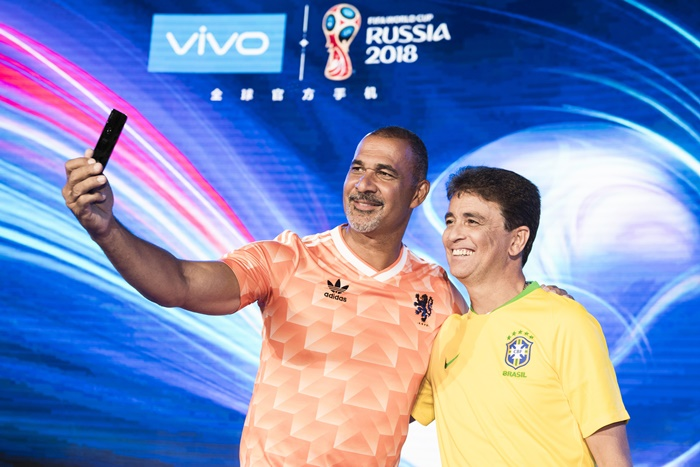Former Balon d'or winner Ruud Gullit and FIFA World Cup Winner Bebeto taking a selfie with the Vivo X21