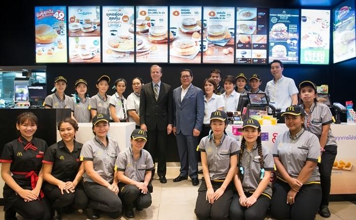 ท่านทูตสหรัฐฯ เยี่ยมชมร้านแมคโดนัลด์ ในฐานะผู้สนับสนุนโครงการของขวัญแห่งมิตรภาพ ครบ 200 ปี ความสัมพันธ์ไทย-อเมริกา