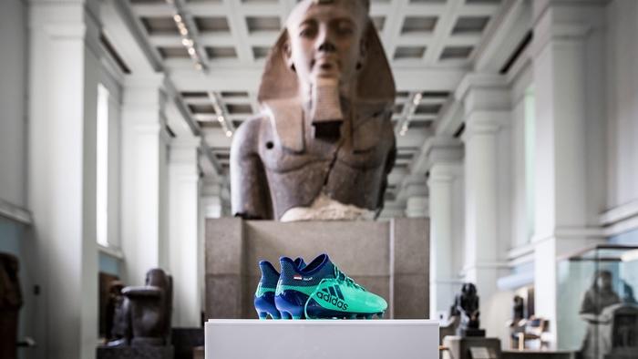สุดในรุ่น! พิพิธภัณฑ์ประเทศอังกฤษนำรองเท้า Adidas ของ ซาลาห์ ขึ้นโชว์ในหมวดประวัติศาสตร์อียิปต์