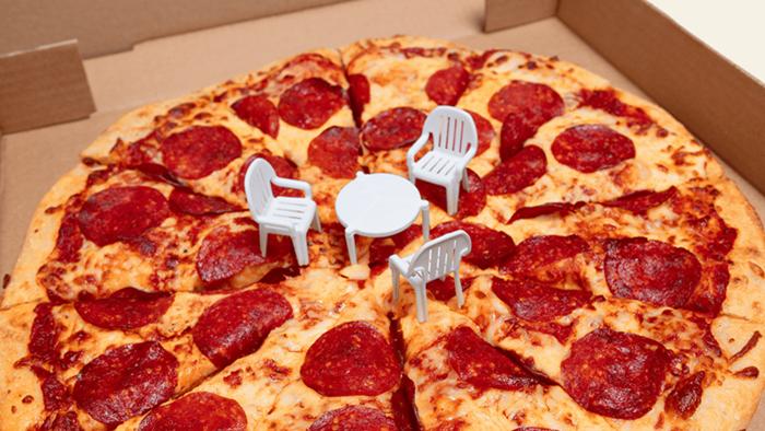 ไอเดียดี! แบรนด์พิซซ่าในแคนาดา เปิดตัวเก้าอี้จิ๋วในกล่องพิซซ่า ที่ให้ความรู้สึกเหมือนนั่งกินบนสนามหญ้า