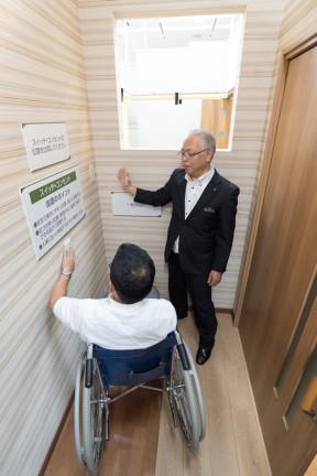 11 สวิทช์และปลั๊กไฟ ที่ปรับตำแหน่ง และขนาดให้เหมาะสมสำหรับผู้สูงวัย หรือผู้ใช่ wheelchair