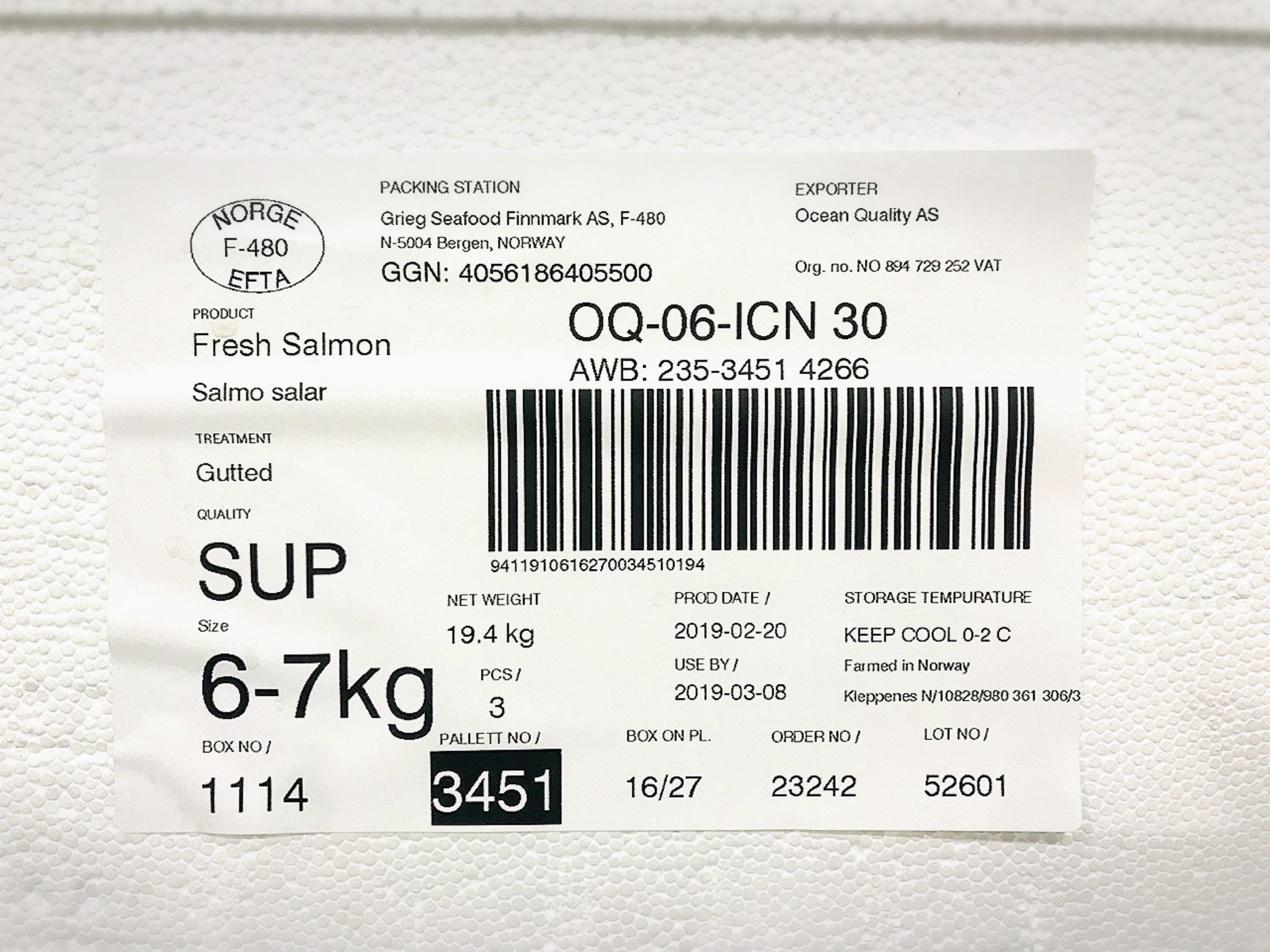 สลากติดกล่องปลาแซลมอน เพื่อบอกรายละเอียดของแซลมอน และสินค้าในกล่อง ถึงนน. วันทีผลิต และอื่นๆ