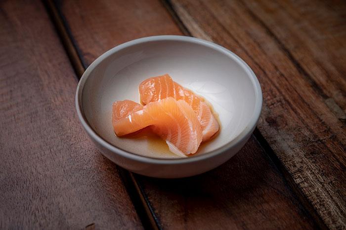 ปลาแซลมอนสดๆ
